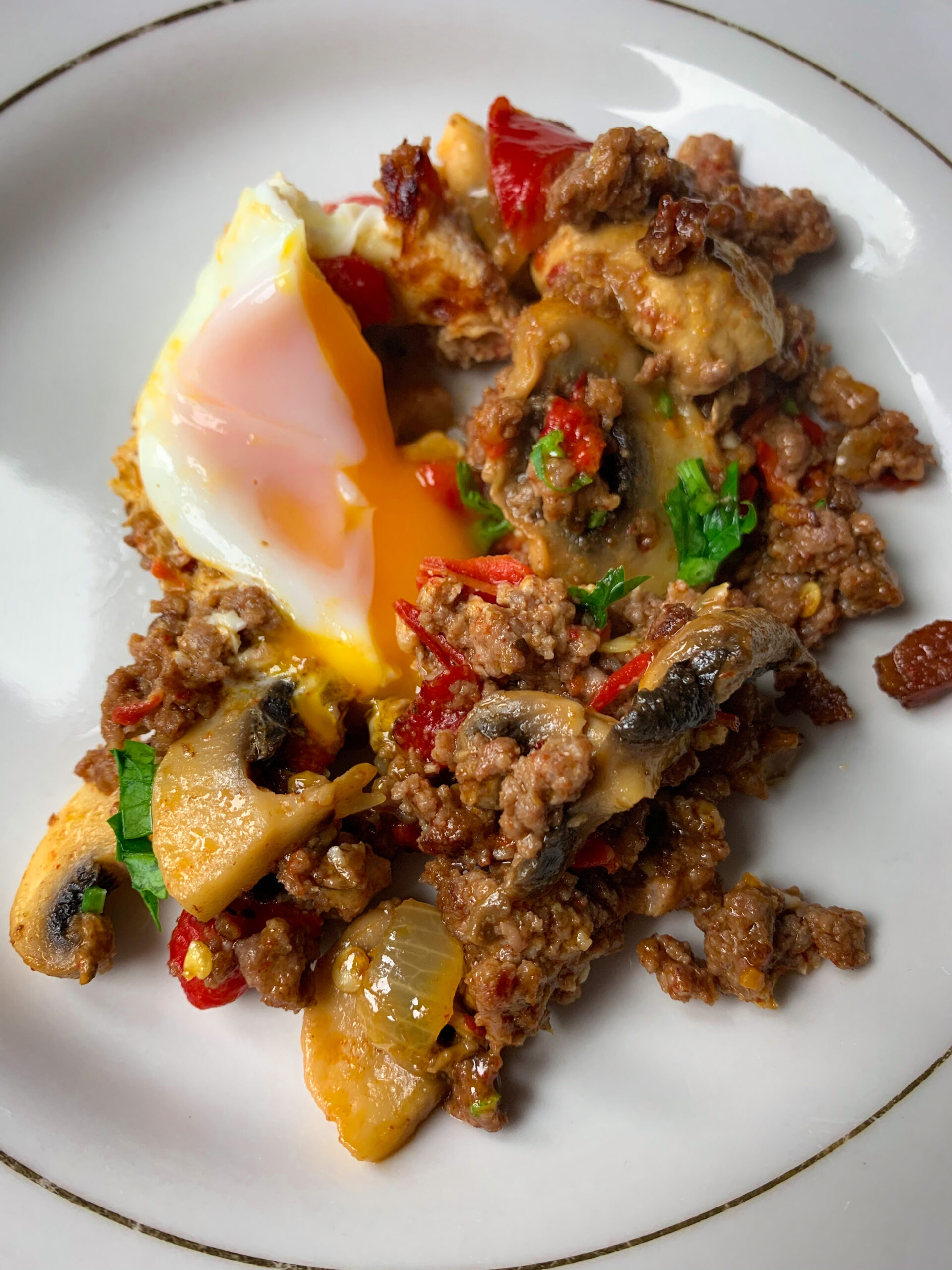 Picture of a plate with ground beef hash with feta cheese, mushrooms and capsicums