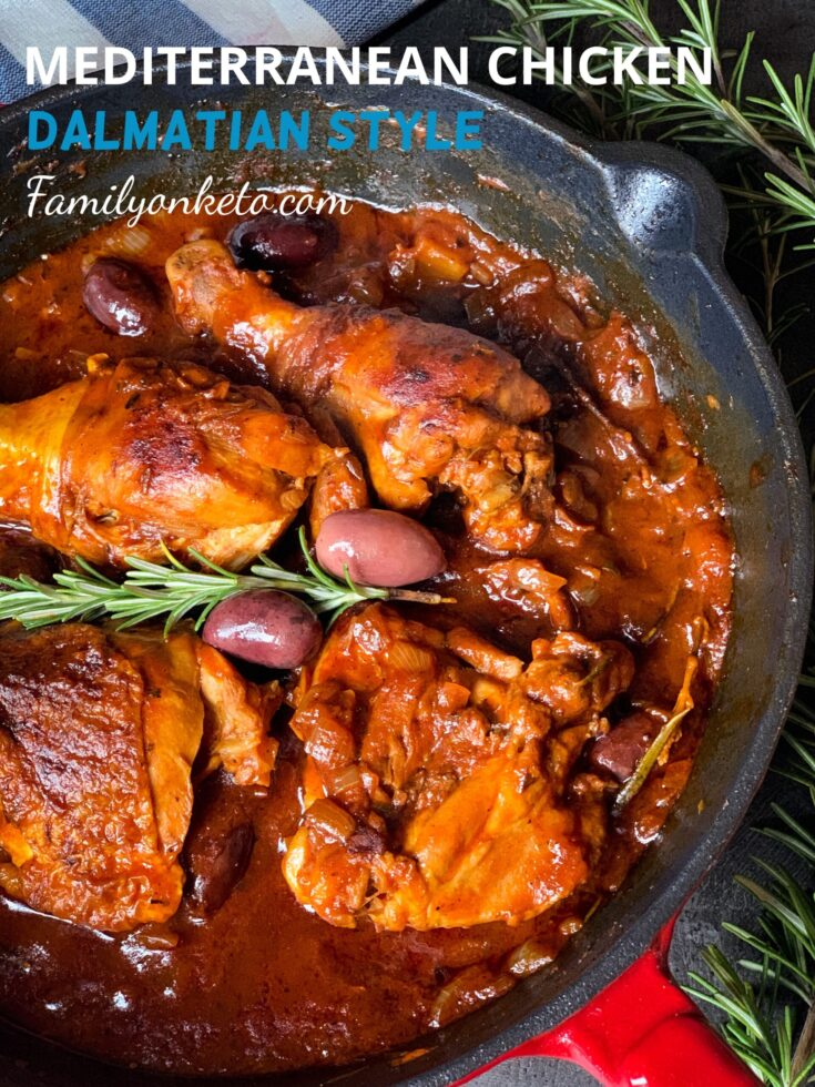 Photo od Mediterranean chicken Dalmatian style in the skillet with olives and rosemary